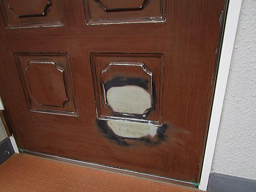 玄関ドアリフォーム凹み箇所のパテ処理博多区